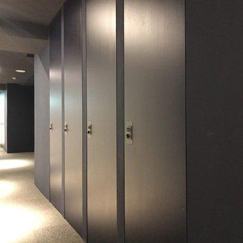 共用廊下にロッカーがあります。