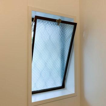 お風呂には換気用の窓が付いています。
