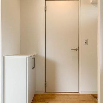 キッチンの向かいに脱衣所があります。