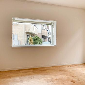 【LDK】出窓が景色を絵のように切り取ってくれますね。