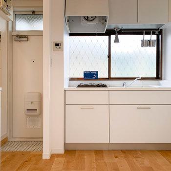 キッチンと、左には玄関。