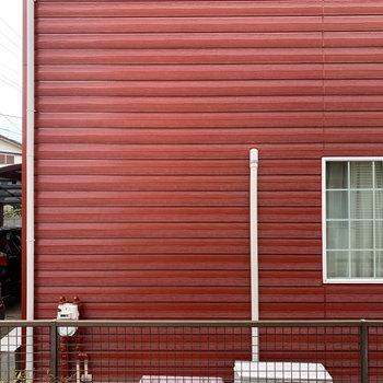 眺望はお隣の赤いアパート。