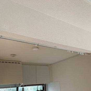 キッチンとクローゼットはカーテンレールがあり、仕切ることもできます。