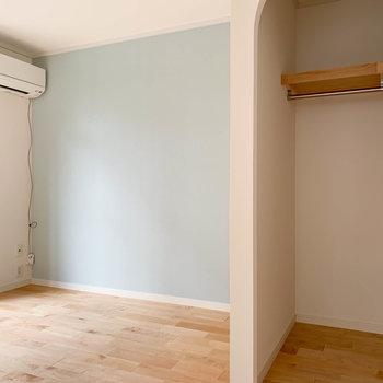 【洋室】お隣の洋室へ。青いクロス沿いにベッドが似合う。