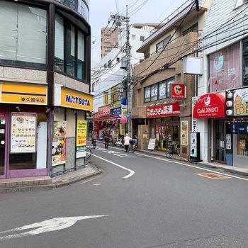 駅周辺には飲食店やドラッグストア。