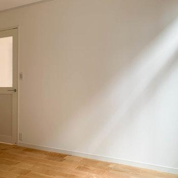 【洋室】こちらの壁沿いには、デスクやラックなどが置けそう。