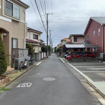建物前の道路。道幅もあるので、駐車もしやすそう。