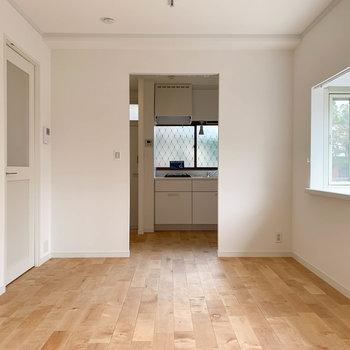 【LDK】窓側から。壁の奥にキッチンがあります。