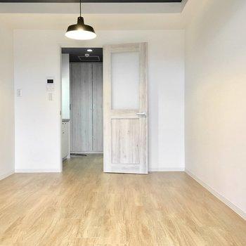 床一面には無垢風のフローリング。※写真は4階同間取り・別部屋のものです。