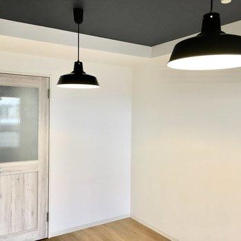 ヴィンテージ風のドアにキュン、、※写真は4階同間取り・別部屋のものです。