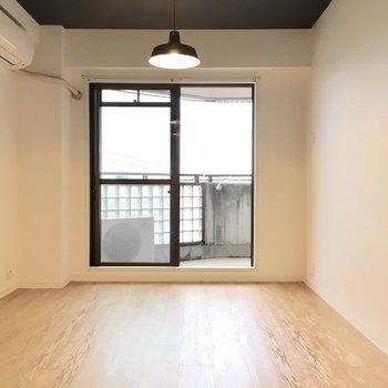 照明がお部屋を温かく演出。※写真は4階同間取り・別部屋のものです。