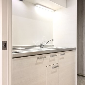 キッチンも清潔感の白。※写真は4階同間取り・別部屋のものです。