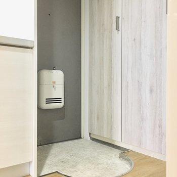 可愛いアーチ型の玄関。※写真は4階同間取り・別部屋のものです。