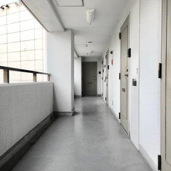 共用部】廊下は少し古さを感じます。