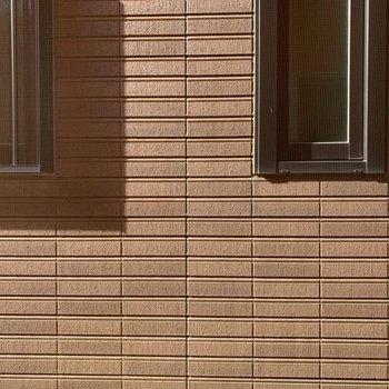 横の壁の窓からの眺め。
