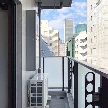 物干し掛けが付いているので、天気がいい日はこちらで洗濯物を干しましょう。※写真は6階の同間取り別部屋のものです