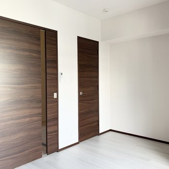 【洋室】奥のドアはウォークインクローゼットになります。※写真は6階の同間取り別部屋のものです