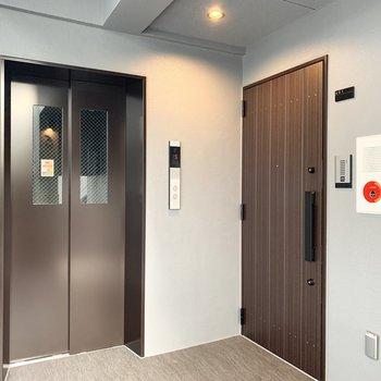 エレベーターです。搬入出の際は寸法をご確認くださいね。
