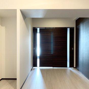 【LDK】ダークブラウンの壁が落ち着いた印象です。※写真は6階の同間取り別部屋のものです