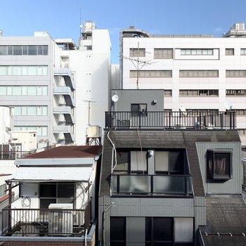 バルコニーからの眺望です。向かいの建物と距離がとれているので、視線は気にならなそうです。