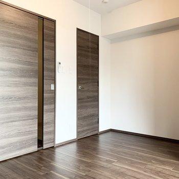 【洋室】奥のドアはウォークインクローゼットです。