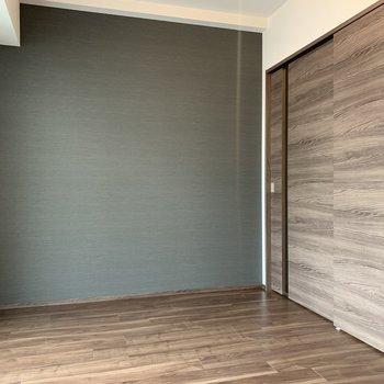 【洋室】木目調のドアが素敵です。