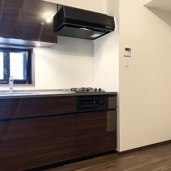 【LDK】右側に冷蔵庫置き場があります。※写真は前回募集時のものです