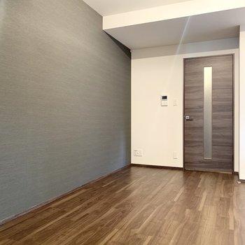 【LDK】グレーの壁が大人の雰囲気を演出しています。※写真は前回募集時のものです