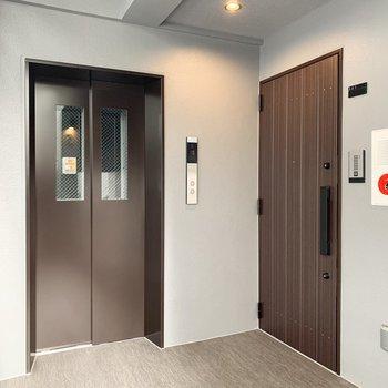 エレベーターは玄関すぐ横。搬入出の際は寸法をご確認くださいね。※写真は前回募集時のものです