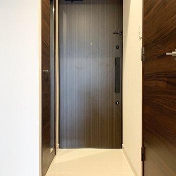 ダブルロックでセキュリティー面も安心。※写真は6階の同間取り別部屋のものです
