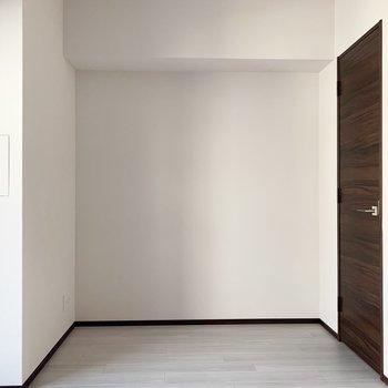 【洋室】右の扉はウォークインクローゼットになります。※写真は6階の同間取り別部屋のものです