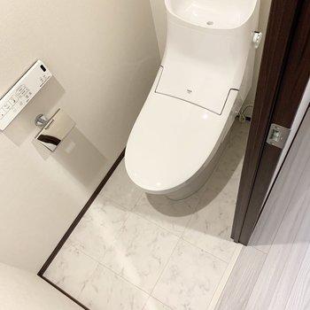 爽やかなトイレ。ウォシュレット付きです。※写真は6階の同間取り別部屋のものです
