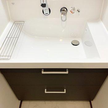 洗面台は広々。蛇口が伸びるので掃除も楽々です。※写真は6階の同間取り別部屋のものです