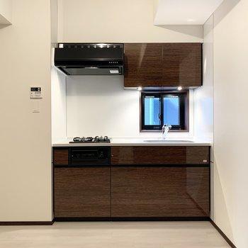 【LDK】左側に冷蔵庫置き場があります。※写真は6階の同間取り別部屋のものです