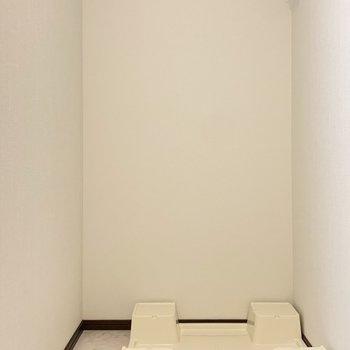 洗面台の隣に洗濯機置き場があります。※写真は6階の同間取り別部屋のものです