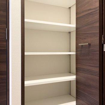 シューズボックスは高さが調節できるのでブーツも入ります。※写真は6階の同間取り別部屋のものです