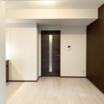 【LDK】床が白いく、明るい印象のお部屋です。※写真は6階の同間取り別部屋のものです