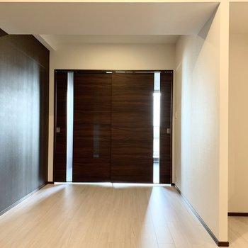 【LDK】ダークブラウンの壁は木目調で素敵でした。※写真は6階の同間取り別部屋のものです