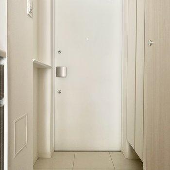左手の棚の上には鍵やルームフレグランスを。