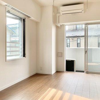 窓の近くで室内干しをすることができますよ。
