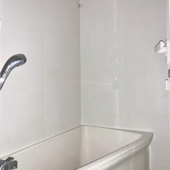 浴室乾燥付きです。※フラッシュを使用して撮影しています。