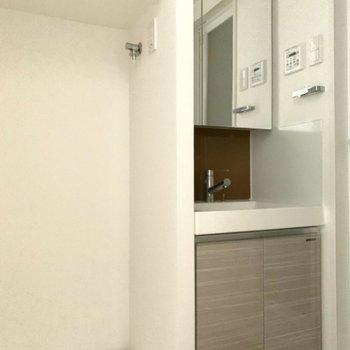 洗濯機は洗面台の横に置けますよ。