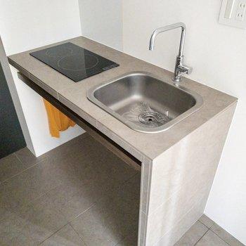 コンパクトですが、二口コンロで掃除調理可能のキッチン。
