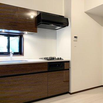【LDK】キッチンには窓があるので換気ができますね。※写真は6階の同間取り別部屋のものです