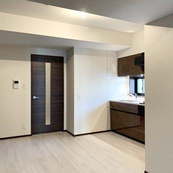 【LDK】床が白く明るい雰囲気です。※写真は6階の同間取り別部屋のものです