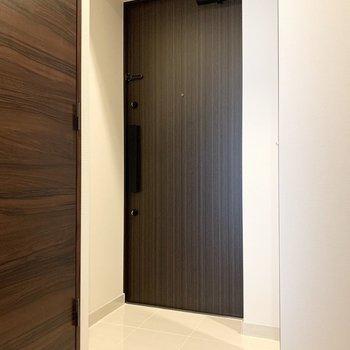 玄関はシックな雰囲気。ダブルロックでセキュリティー面も安心。※写真は6階の同間取り別部屋のものです
