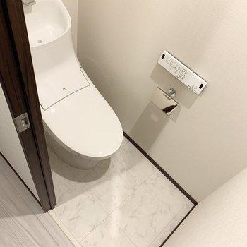爽やかなトイレですね。ウォシュレット付きが嬉しいポイント。※写真は6階の同間取り別部屋のものです