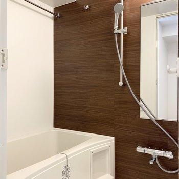 浴室乾燥機付きのバスルームです。※写真は6階の同間取り別部屋のものです