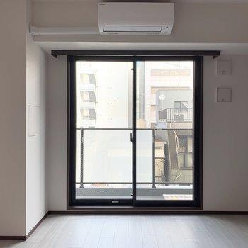 【洋室】こちらも1面ダークブラウンの壁です。※写真は6階の同間取り別部屋のものです