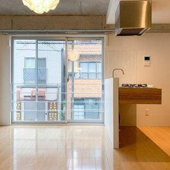 窓と、その右にキッチン。